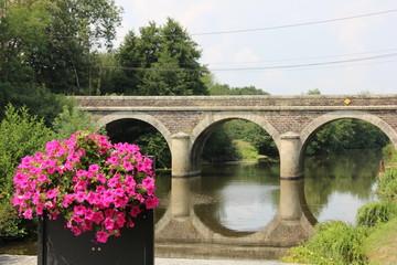 Pont fleuri et canal