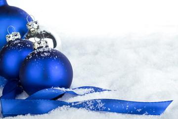Blaue Weihnachtskugeln auf Schnee