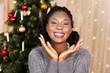 canvas print picture - Junge schwarze Frau vor Weihnachtsbaum