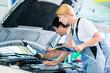 KFZ Mechaniker Team arbeitet in Autowerkstatt