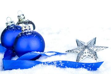 Blaue Weihnachtskugeln Stern auf Schnee