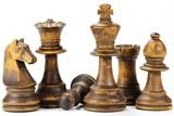 Schachfiguren 'Bauernopfer' isoliert auf weißem Hintergrund