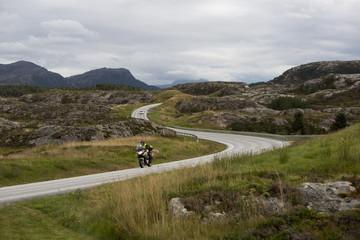 route et colline norvégienne