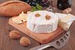 Camembert mit Brot und Rotwein - 72332066
