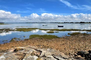 Barques, rochers,la mer et du ciel bleu
