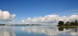 Fototapety Mer calme, ciel bleu et nuages blancs