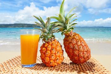 新鮮なパイナップルと美しいビーチ