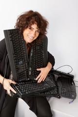 femme étouffée par les claviers