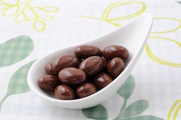 お皿にのせた チョコレート 粒 テーブルクロス