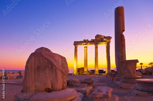 mata magnetyczna Stare ruiny w Side, Turcja na zachodzie słońca