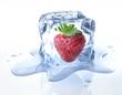 canvas print picture - Erdbeere in Eiswürfel