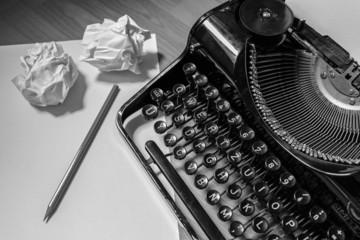 Alte Schreibmaschine, schwarzweiß