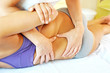 Leinwanddruck Bild - Osteopath behandelt den Rücken einer Patientin