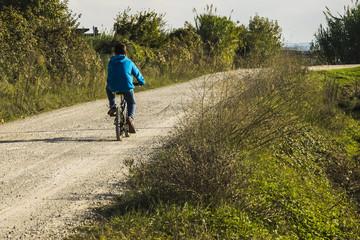 Bambino solo in bicicletta