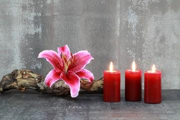 Lilie und Kerzen