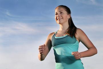Молодая спортсменка на фоне неба