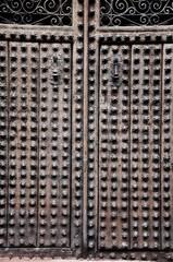 Villanueva de los Infantes, casa señorial, puerta claveteada