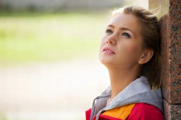Junge Sportlerin schaut verträumt