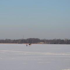 spaziergang über zugefrorenen see