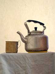 Алюминиевый чайник и кружка
