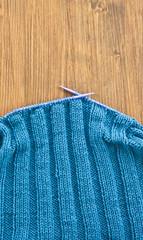 Selbst gestrickter Schal aus blauer Wolle