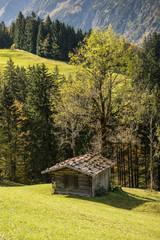 Hütte aus Holz im Tal in Bayern