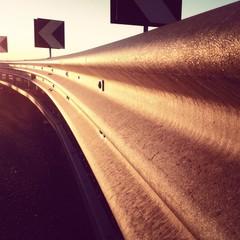 guard rail illuminato dal sole