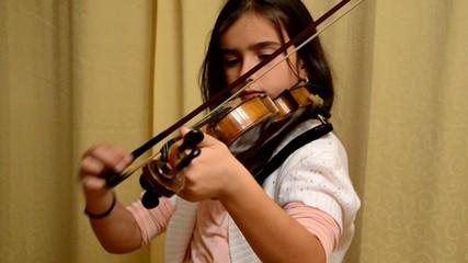 Mädchen spielt auf der Geige