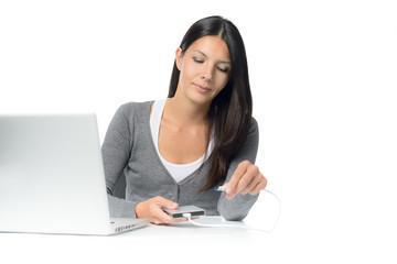 Hübsche Frau schließt eine Festplatte zur Datensicherung an