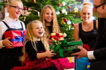 Familie an Weihnachten mit Geschenken zur Bescherung