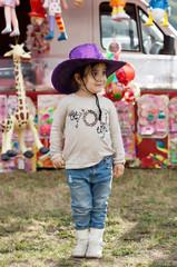 bambina divertita nella festa di paese