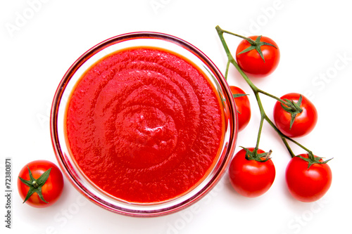 Fotobehang Kruiderij Tomato sauce on a white background seen from above
