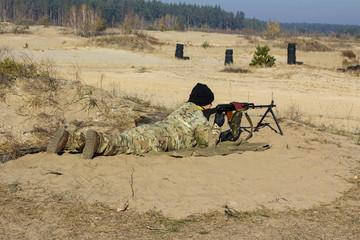 Солдат стрелок из автомата, пулемета, оружие и стрельба