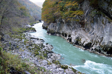 Fluss mit Felswand