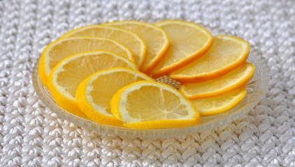 Блюдо с нарезанными лимонами