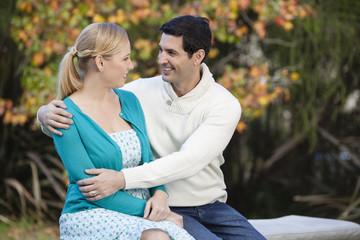 Glückliches Paar im Garten