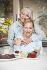 Mutter und Tochter essen Kuchen