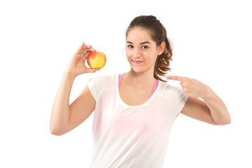 Frau zeigt auf Apfel