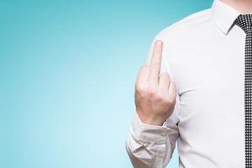 Mann mit Hemd und Krawatte zeigt Mittelfinger