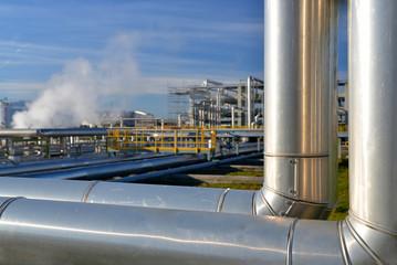 Rohrleitungen einer Raffinerie // pipeline industrial area