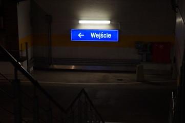 """Podświetlony znak """"wejście"""" ze strzałką"""