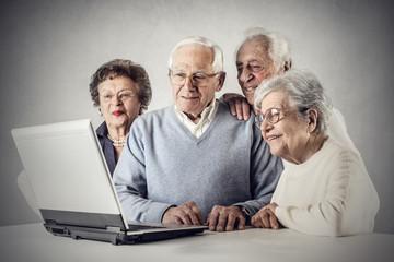 Elderly people using a pc