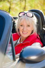Attraktive Seniorin im Cabriolet
