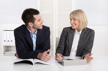 Erfolgreiches lachendes Business Team: Angestellter mit Chefin