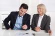 Spaß und Freude in der Arbeit: lachende Arbeitskollegen im Büro