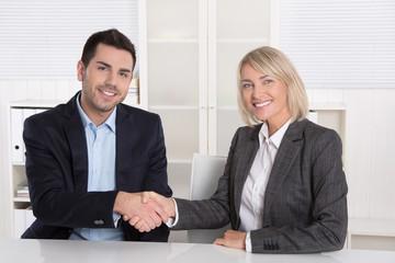 Erfolgreiche Zusammenarbeit: Kunde und Berater schütteln Hände