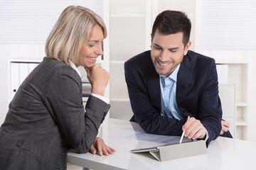 Kunde und Berater in einem Beratungsgespräch