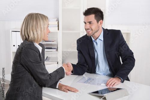 Begrüßung in einem Vorstellungsgespräch: Business Team - 72421894