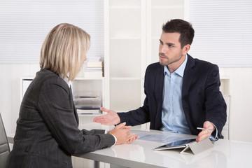 Argumente und Gegenargumente: Geschäftsleute in einem Meeting