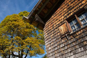 Haus aus Holz mit Fensterladen und Fenster